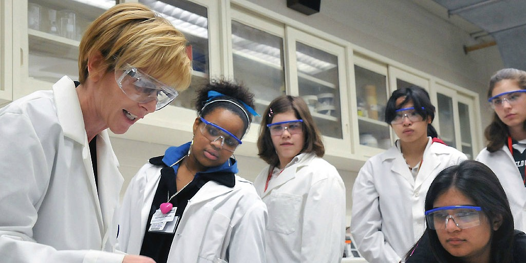 Female scientists in the lab