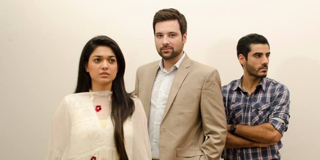Lead actors of a Pakistani show Muhabbat Subh ka Sitara standing in a line.