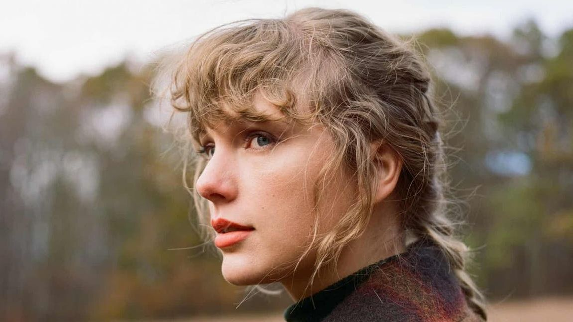 "Taylor Swift came back stronger than a 90's trend with her new album ""evermore"""